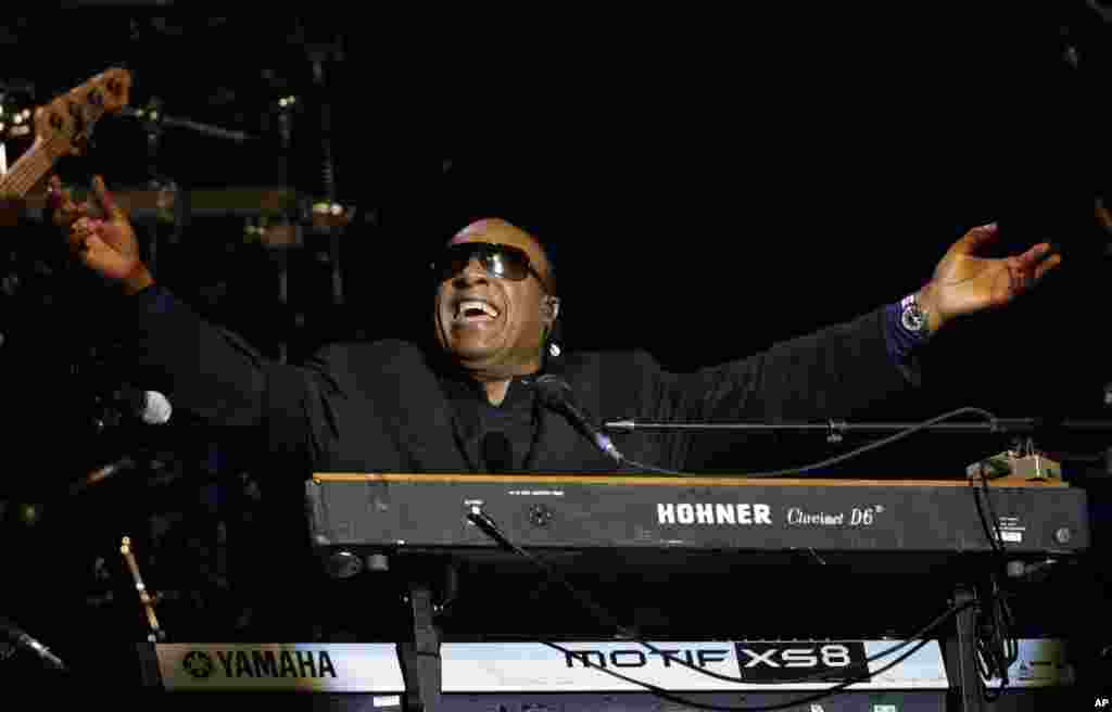 Singer Stevie Wonder performs during the Inaugural Ball at the 57th Presidential Inauguration in Washington, January 21, 2013.