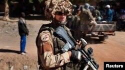 Un soldado frances monta guardia en Diabaly, poblado tomado por las fuerzas francesas y malienses.