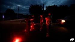Des hommes discutent avec des policiers à trois miles de l'usine chimique d'Arkema où une explosion a eu lieu à Crosby, Texas, 31 août 2017.
