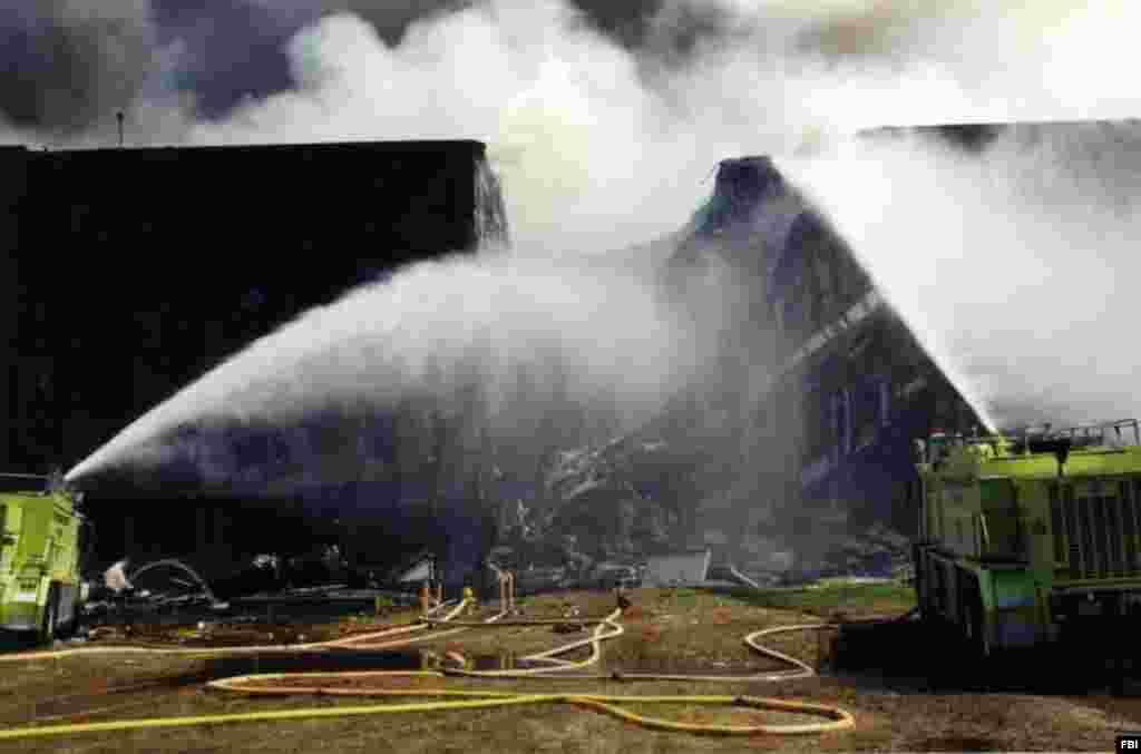 Пожарные заливают огонь, который распространился по значительной части Пентагона