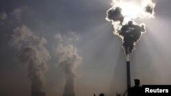 Pembangkit listrik dengan bahan bakar pembakaran batu bara menghasilkan gas polutan. (Foto: Ilustrasi)
