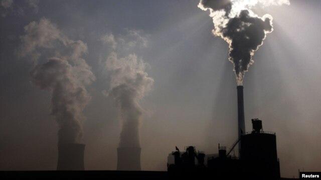 Một nhà máy điện chạy bằng than đá tại khu tự trị Nội Mông của Trung Quốc. Lượng khí thải từ các nhà máy điện chạy bằng than đá và các phân xưởng nhộn nhịp là một phần của vấn đề mà các giới chức hy vọng sẽ kiềm chế được qua các chương trình trao đổi khí carbon.