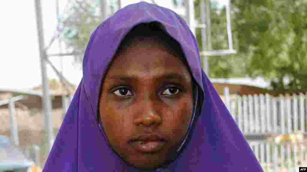 Une fille libérée par Boko Haram sort de l'hôpital de Dapchi, Nigeria, le 21 mars 2018.