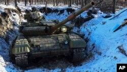 지난 14일 우크라이나 동부 루한스크 북부 검문소에 친러 반군 탱크가 배치되어 있다.