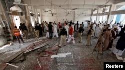 安全官员、救援人员、媒体人士和信众6月21日在巴基斯坦白沙瓦被自杀炸弹手袭击的什叶派清真寺现场。(照片来源:路透社)