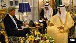 ລັດຖະມົນຕີ ຕ່າງປະເທດ ສະຫະລັດ ທ່ານ ຈອນ ແຄຣີ (ຊ້າຍ) ພົບປະກັບ ກະສັດ Salman bin Abdulaziz al-Saud ຂອງຊາອຸດີ ອາເຣເບຍ, ວັນທີ 15 ພຶດສະພາ 2016 ໃນນະຄອນ Jeddah ຢູ່ທີ່ເຂດທະເລແດງຂອງຊາອຸດີ ໃນຂະນະທີ່ ວໍຊິງຕັນ ແລະ Riyadh ປຶກສານຳກັນກ່ອນໜ້າ ການການເຈລະຈາດ້ານການທູດຂັ້ນສູງ ກ່ຽວກັບ ບັນຫາຂັດແຍ້ງໃນຊີເຣຍ.