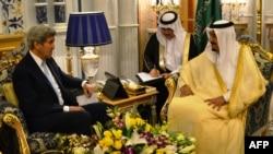 John Kerry et le roi Salman, le 15 mai 2016. Jeddah, Arabie saoudite. (AFP PHOTO / Dave Clark(