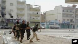 Soldados libios buscan refugio durante enfrentamientos con extremistas en Bengasi, Libia en octubre de 2014.