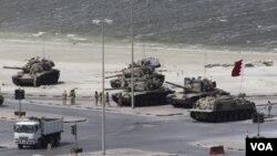 Pasukan Dewan Kerjasama Teluk bergerak memasuki Lapangan Mutiara di Manama untuk mengevakuasi para demonstran, Rabu (16/3).