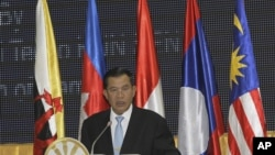 Thủ tướng Campuchia Hun Sen đọc diễn văn trong phiên khai mạc cuộc họp giữa Bộ trưởng Ngoại giao các nước thuộc khối ASEAN ở Phnom Penh hôm 9/7/12