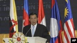 کمبوڈیا کے وزیر اعظم ہن سین آسیان کے افتتاحی اجلاس سے خطاب کررہے ہیں