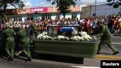 古巴军人推着载有卡斯特罗骨灰的灵车行进,因为车辆出了故障(2016年12月3日)