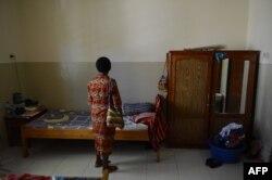 Nisa, seorang ibu asal Papua yang terjangkit virus HIV/AIDS dari suaminya pada 2008, bersiap menghadiri misa Minggu di gereja, 10 Mei 2015. Nisa tinggal di Rumah Surya Kasih yang didirikan Bruder Agustinus Adil di Desa Waena untuk pasien HIV/AIDS.