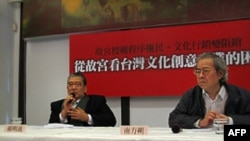 台湾学者郝明义(左)和南方朔