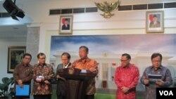 Menko Perekonomian Darmin Nasution di kantor Presiden mengumumkan paket kebijakan ekonomi jilid 5, di Jakarta Kamis 22 Oktober 2015 (VOA/Andylala).