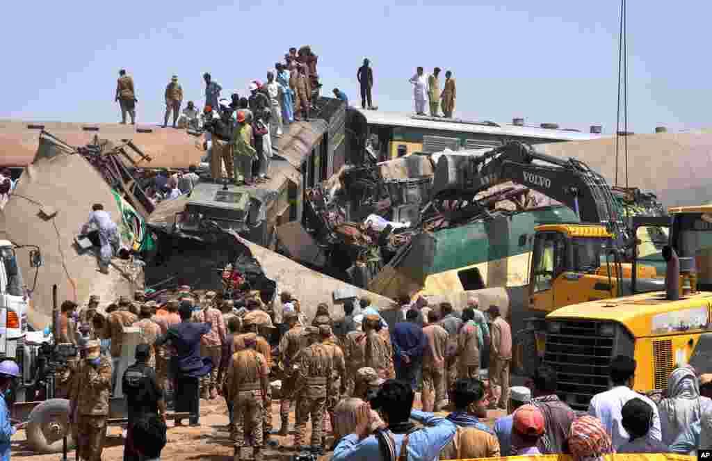 """در نتیجهٔ تصادم دو قطار آهن به روزدوشنبه هفتم جون (۱۷ جوزا) در منطقه """"گوتکی"""" ایالت سند پاکستان دستکم، ۶۳ نفر کشته و بیش از ۱۰۰ تن دیگر زخمی شدند."""