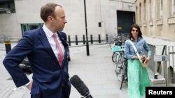 Britanski ministar zdravlja Met Henkok i saradnica Đina Kolandanđelo ispred zgrade BBC-ja u Londonu, 6. juna 2021.