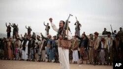 忠於胡塞族武裝的部落人在一個動員更多戰士趕赴前線的集會上手拿武器,並高呼口號 (2016年11月10日)