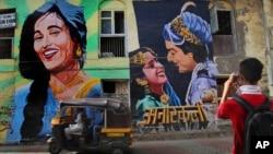 """Seorang turis memotret mural yang menggambarkan film India """"Anarkali"""" di Mumbai, India, 21 April 2013 (Foto: dok)."""