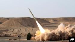 这张由伊朗国防部2010年8月25日发表的资料照片有资料图片显示伊朗陆军在一个未经透露的地点发射法塔赫-110地对地短程导弹。