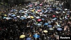 在2019年6月21日香港人在警察總部外抗議,要求香港領導人下台,並撤回引渡法案。