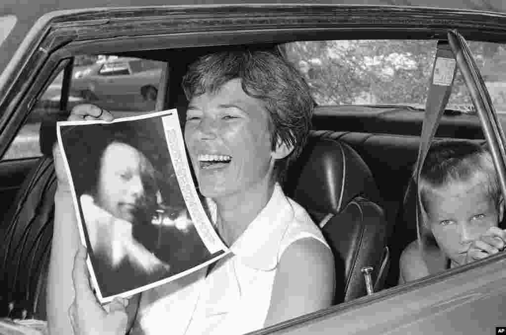 Жена Армстронга, Джанет, не скрывает радости, держа в руках снимок, полученный во время телесвязи с ее мужем в ходе полета. На заднем сидении автомобиля – сын астронавта Марк. Семья Армстронга наблюдала за запуском ракеты, находясь на яхте, бросившей якорь в реке Банана недалеко от космодрома.