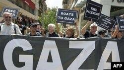 Các nhà hoạt động giương các biểu ngữ sau cuộc họp báo ở Athens về đoàn tàu viện trợ được dự kiến sẽ đến Dải Gaza