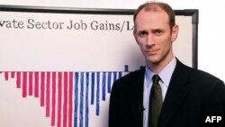 Chủ tịch Hội đồng Cố Vấn Kinh Tế tòa Bạch Ốc Austan Goolsbee nói rằng việc làm trong khu vực tư đã tăng thêm 50.000 trong tháng 11, nhưng chưa đủ để ngăn không cho mức thất nghiệp trên toàn quốc tăng lên