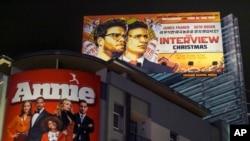 """Spanduk film keluaran Sony Pictures """"The Interview,"""" di luar bioskop Arclight Cinemas di Hollywood, California (17/12). (AP/Damian Dovarganes)"""