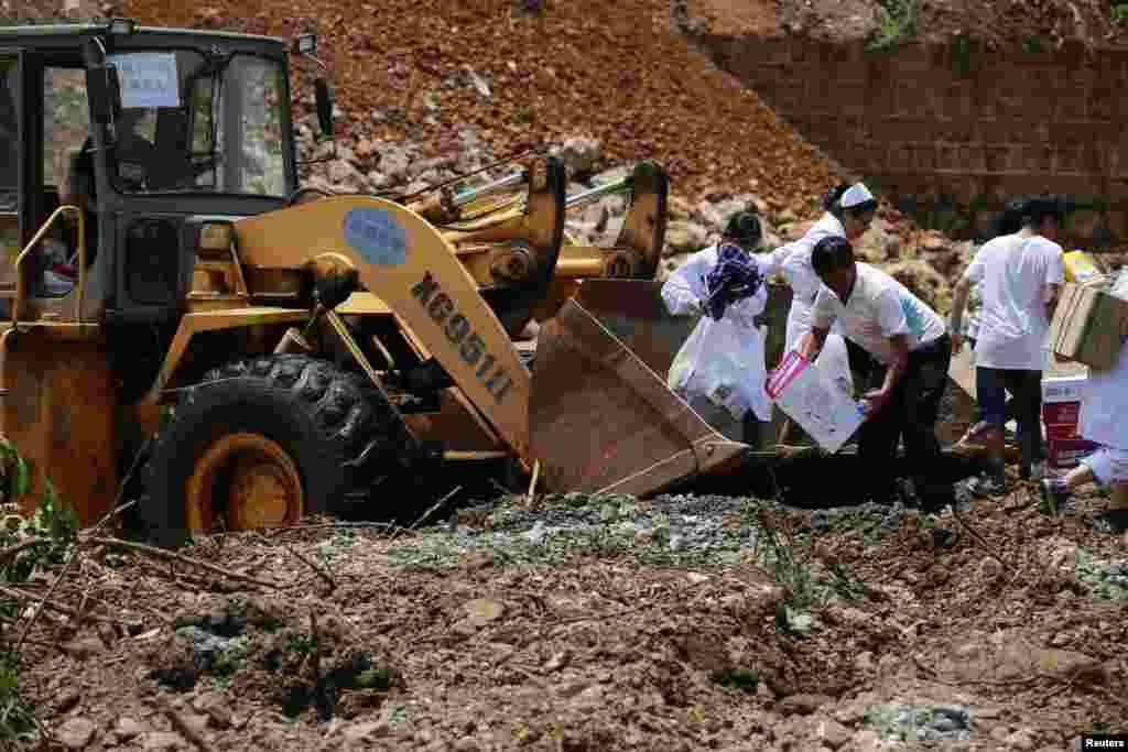 Yunnan vilayətinin Dodian mahalında zərərçəkənlərə yadım edilir - 5 avqust, 2014
