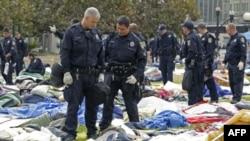 """Policija u jednom od parkova u Ouklendu gde su kampovale pristalice pokreta """"Okupiraj Vol Strit"""""""