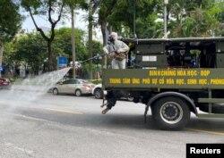 Xe quân sự phun tẩy độc ở Hà Nội.