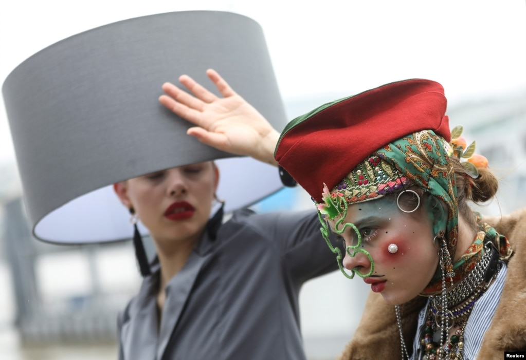 로마 런던에서 열린 '헷 위크(Hat Week)'에서 모델들이 '헷 워크(Hat Walk)'에 참석했다.