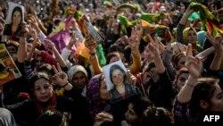 Warga Kurdi-Suriah yang mengungsi di kota Suruc, Turki, merayakan direbutnya kembali kota Kobani oleh para pejuang Kurdi dari tangan ISIS (27/1).