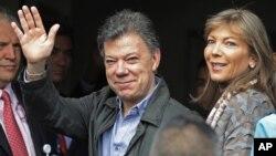 El presidente colombiano Juan Manuel Santos saluda junto a su esposa María Clemencia Rodríguez a su llegada al hospital donde está siendo operado esta mañana de miércoles, para remover un tumor cancerígeno en la próstata.