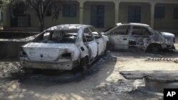 Rongsokan kendaraan yang terbakar terlihat di wilayah pusat bisnis di kota Potiskum, Nigeria (Foto: dok). Seorang kepala kepolisian dan 14 orang tersangka anggota Boko Haram dikabarkan tewas dalam aksi penembakan di wilayah ini, Selasa (11/12).