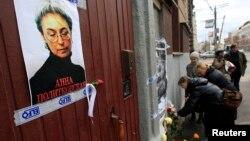 Dân chúng đặt hoa tại khu nhà của ký giả Politkovskaya, vào ngày kỷ niệm năm thứ 6 bà bị sát hại, 7/10/12