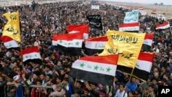 15일 이라크 바그다드에서 수니파 주민들이 금요예배 후 누리 알 말리키 총리의 사임을 촉구하는 시위를 벌이고 있다.