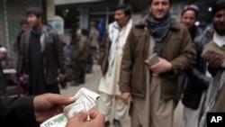 بانک مرکزی افغانستان از اول ماه جدی سال روان هجری شمسی در حدود ۳۰۰ میلیون دالر را به بازار عرضه کرده است