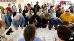 Nezaposleni Amerikanci prijavljuju se za posao na skupu u Hadsonu, u državi Njujork