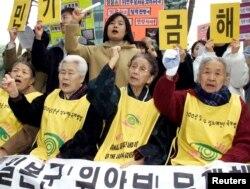 Các phụ nữ Hàn Quốc từng bị quân đội Nhật bắt làm nô lệ tính dục biểu tình trước đại sứ quán Nhật Bản ở Hàn Quốc (ảnh tư liệu chụp hồi tháng 2/2012).