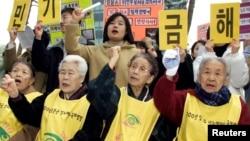 前韩国慰安妇和她们的支持者在日本驻首尔大使馆前集会抗议。(2002年2月27日资料照)