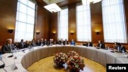Delegaciones de Irán y de Occidente al inicio de dos días de conversaciones a puerta cerrada el 15 de octubre en Ginebra.