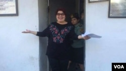 Wartawan Azerbaijan, Khadija Ismayilova keluar dari penjara setelah dibebaskan hari Rabu (25/5).