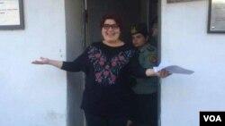 Nhà báo Khadija Ismayilova bước ra khỏi nhà tù sau khi được giảm án, ngày 25 tháng 5 năm 2016.