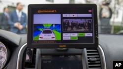 特斯拉90D内饰展示无人驾驶车辆技术