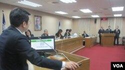 台湾立法院外交及国防委员会12月4号质询的情形 (美国之音张永泰拍摄)