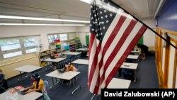 25 Ağustos 2020 - Amerika'da Denver'de okula devam eden öğrenciler dersliklere maske ile girdi, mesafeli oturdu