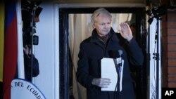 지난해 12월 기자회견장에서 손을 흔드는 위키리크스 창업자 줄리언 어산지. (자료사진)