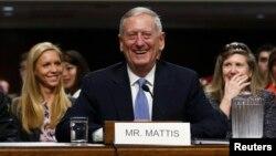 ພົນເອກ ນາວິກະໂຍທິນ ທ່ານ James Mattis ທີ່ ອອກກິນເບ້ຍບຳນານແລ້ວນັ້ນ ປາກົດໂຕຢູ່ຕໍ່ໜ້າ ຄະນະກຳມະການກອງທັບ ຂອງສະພາສູງ ສະຫະລັດ ເພື່ອຮັບຟັງກ່ຽວກັບ ການສະເໜີຊື່ແຕ່ງຕັ້ງໃຫ້ເປັນ ລັດຖະມົນຕີ ປ້ອງກັນປະເທດ ຢູ່ທີ່ລັດຖະສະພາ ຫຼື Capitol Hill ໃນນະຄອນຫຼວງວໍຊິງຕັນ, ວັນທີ 12 ມັງກອນ 2017.